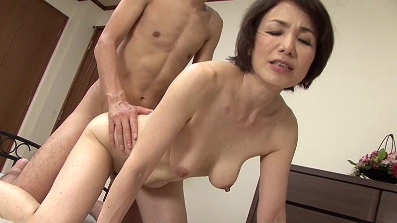 近親相姦 還暦のお母さんに膣中出し 内原美智子 の画像4
