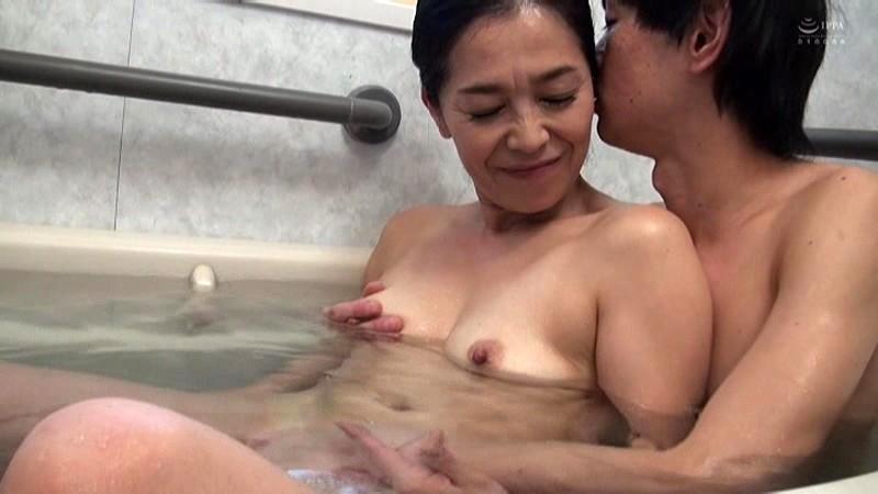 近親相姦 五十路のお母さんに膣中出し 海宮みさき の画像10