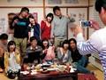 [AP-319] 集団しびれ薬 男子校でのイケてないグループに属していたボクは就職して上京するもやっぱり彼女はできず、相変わらずのモテない日々…。そんなボクに届いた同窓会の招待状!久々の再開を楽しみに会場に行ってみると、来ているのは…