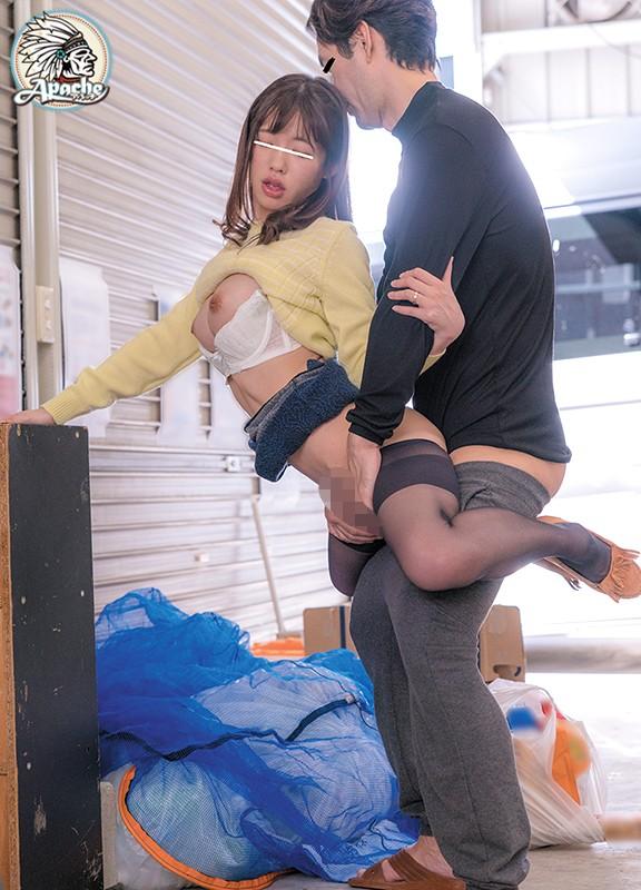買い物帰りの若妻を宙に浮くほどのエンドレスハードピストン中出し痴漢
