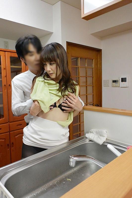 うちの妻が寝取られました。 昇進のために上司に妻を寝取らせたら発情しすぎて上司の中出しペットになってしまいました 池田咲 の画像10