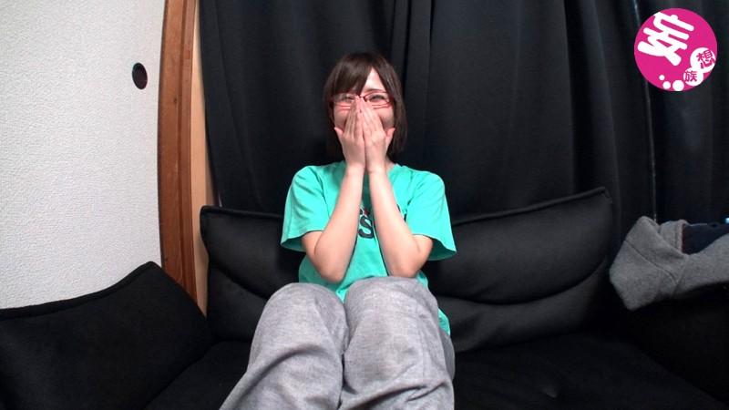 Eカップ・美尻のキュートなおねえさんはA●Bガチオタ!普段は真面目なOLさんだけどカメラの前でアイドル愛と性欲爆発! の画像2
