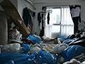 隣人のゴミ部屋で異臭中年おやじに抜かずの連撃中出し46発で孕まされた制服女子の末路… 桜もこ 画像1