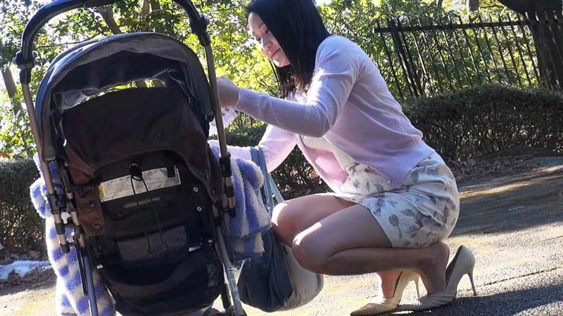 家族に内緒で恥ずかし行為を世間に晒す 見世物母乳ママ の画像1