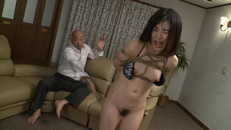 夫が破産し、邸宅と一緒に売られた人妻・羽田璃子。取立の男たちに商品として全裸品定めされ強制オナニー公開で羞恥する
