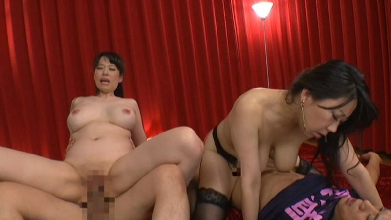関西弁爆乳熟女2人に飼われている従順な男たち の画像12
