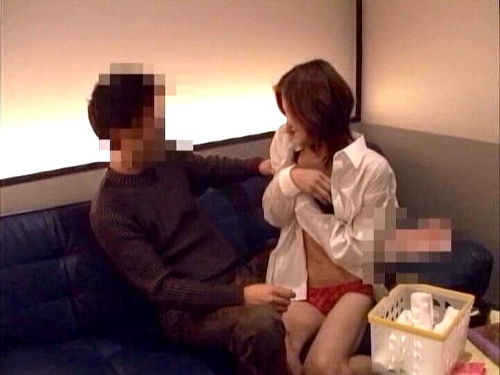 実録!本番できるピンサロ店素人同然の若い娘と客との個室セックス盗撮。 の画像1