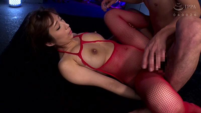 爆乳の人妻はおっぱいを揉みまくると絶対的に淫乱になる 彩奈リナ の画像2