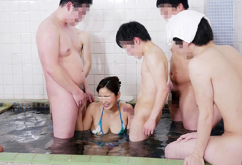 一般男女モニタリングAV 巨乳人妻さん 15年ぶりのビキニ姿で男湯に入って体育会系(アスリート)男子学生と初めての密着泡洗体してみませんか?「おばさんなんかで興奮してくれてるの…?」下乳がハミでるほどの大きなおっぱいで筋肉ムキムキ若ち○ぽはフル勃起!たまらず… の画像6