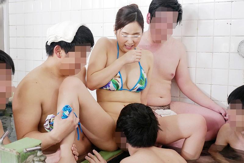 一般男女モニタリングAV 巨乳人妻さん 15年ぶりのビキニ姿で男湯に入って体育会系(アスリート)男子学生と初めての密着泡洗体してみませんか?「おばさんなんかで興奮してくれてるの…?」下乳がハミでるほどの大きなおっぱいで筋肉ムキムキ若ち○ぽはフル勃起!たまらず… の画像4