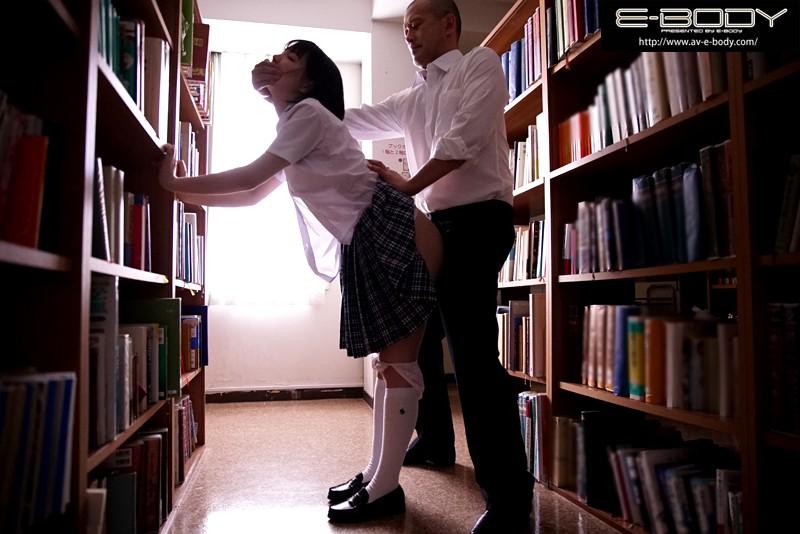 孕ませ図書館痴漢 拒否もできず、声も出せずに膣内射精されるがままイキ堕ちた地味で巨乳な女子校生 鈴木心春