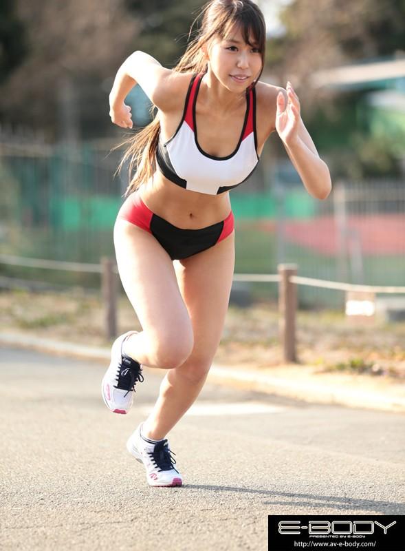 陸上競技歴11年!全国大会でも入賞した本物女子大生アスリートがまさかのAV出演。専門種目は100m200mの短距離、体脂肪率は女性では脅威の12%です。有り余る情熱とエネルギーを学問と運動以外にもぶつけてみたいと自ら応募されました。過酷なトレーニングで鍛え抜かれた筋肉ボディーがセックスで躍動する!