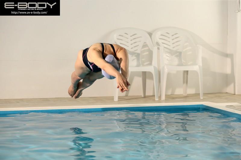 水泳競技歴24年!実業団所属の新記録保持者! むちっとエロい!巨乳アスリートボディ人妻スイマー競泳引退と同時にE-BODY専属デビュー!喜山エリカ 30歳