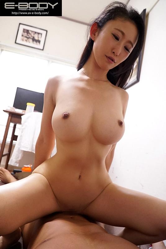 男子寮に派遣された日本一のくびれ美巨乳妻 画像10枚