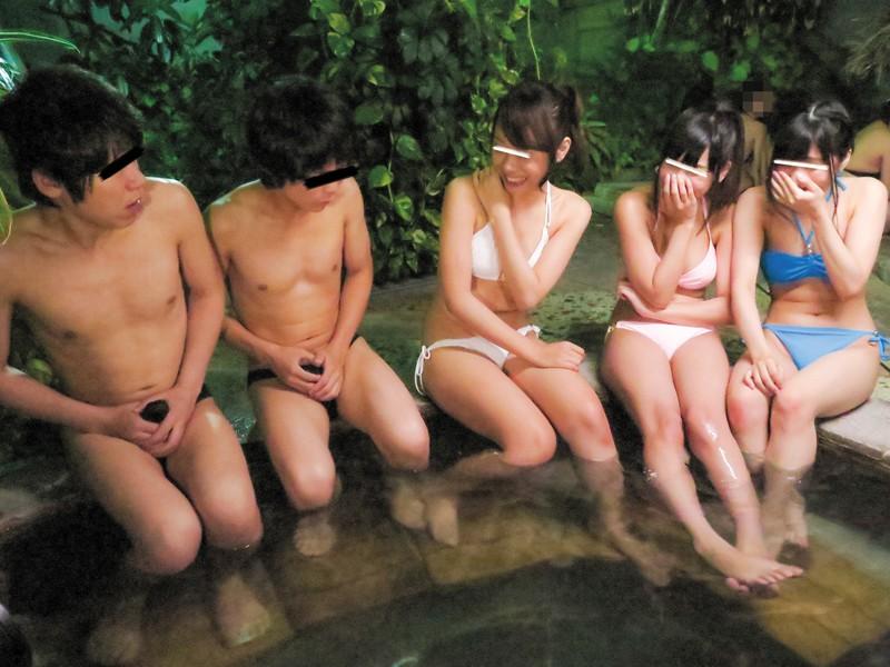 リゾート地で開放的になって浮かれまくった女子大生グループが水着やタオルの奪い合い!当然おっぱいもアソコも丸見え!もちろん僕は勃起してしまい… の画像13