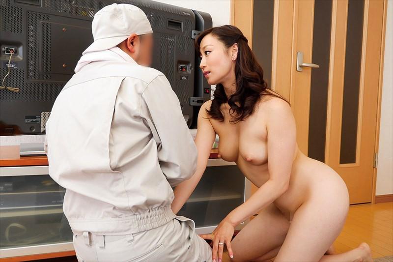 もしもテレビの修理に伺ったお宅の奥さんが全裸で痴女だったら…3 の画像13