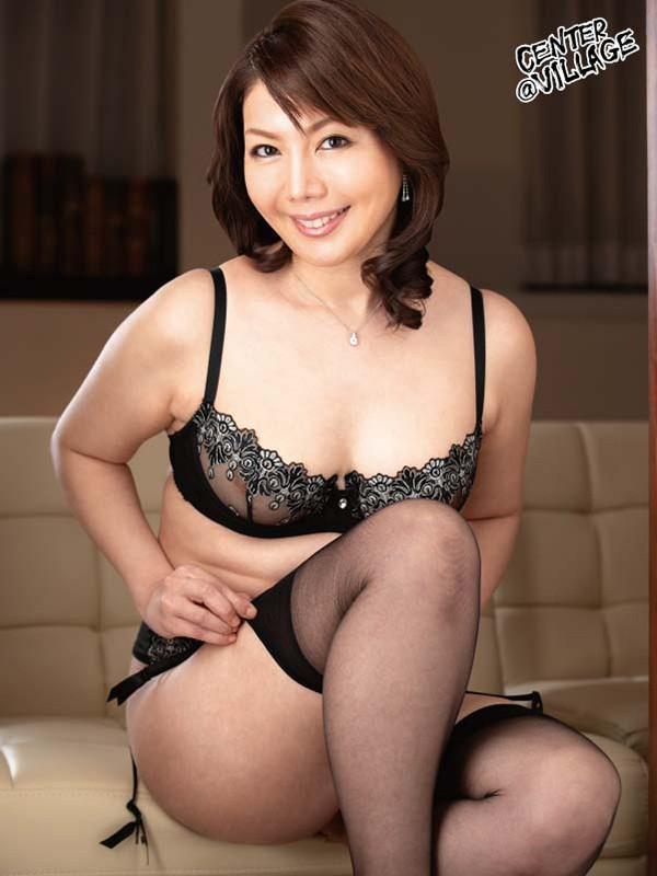 官能的な下着姿で男たちを惑わせる淫乱ミセスの妖艶ランジェリー性交 小野さち子 の画像10