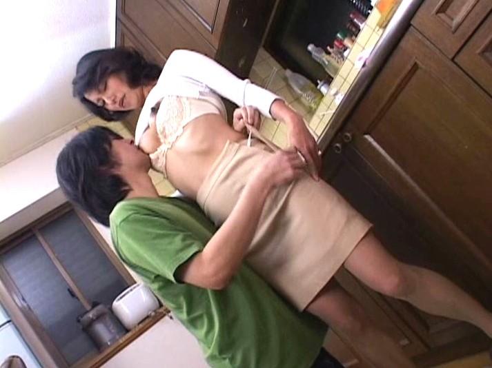 近親相姦母子熱愛 真田友里 の画像13