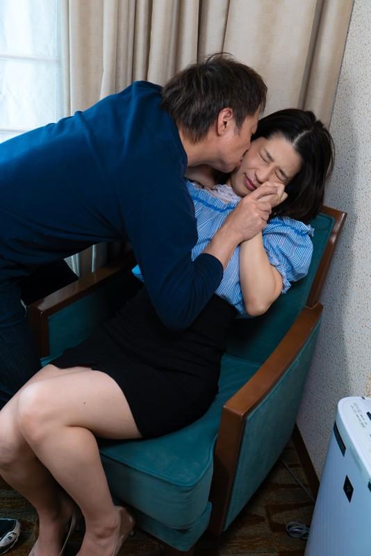 「わたし主人以外ほとんど経験ないんです」貞操を守り続けたレア妻が本気の不倫!密着セックス の画像9