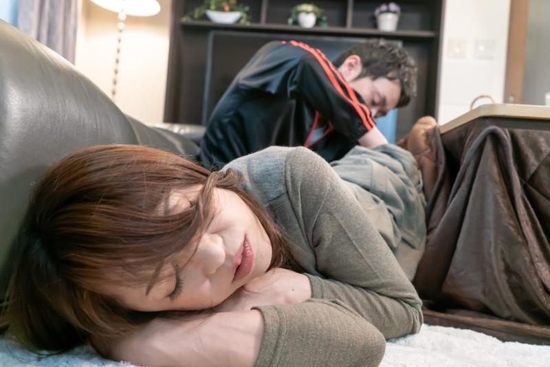 コタツの中で蒸れた股間を夫以外の男にくちゅくちゅと弄られこっそり欲情する美熟女