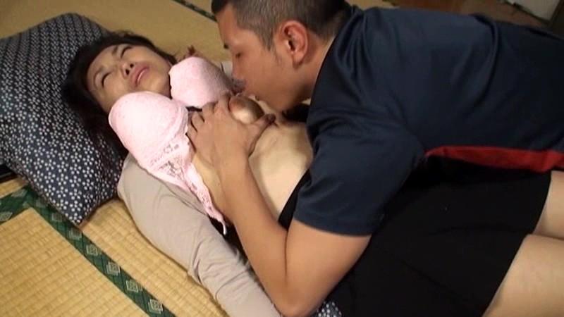 母と息子二人きりの温泉旅行で舌と舌を絡めあいギュと体を密着させる親子ならではの濃厚濃密なセックス12連発 8時間 の画像4