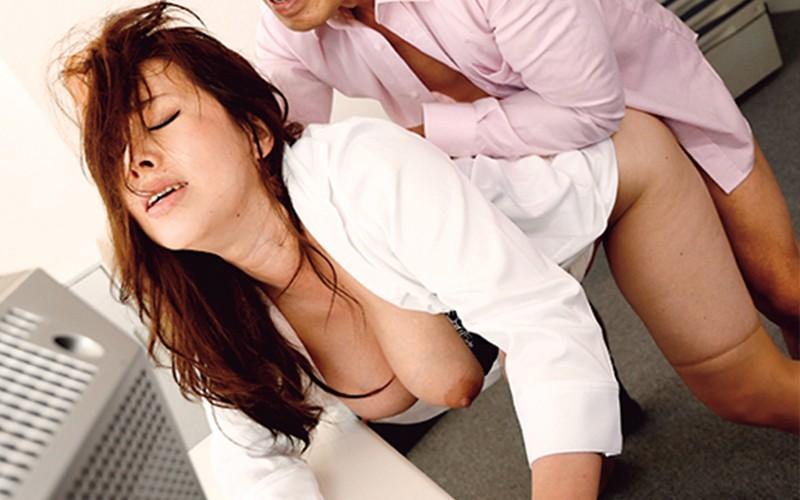 ドスケベな身体の人妻たちをメチャクチャに犯しまくる!+「夫の変態上司に犯されて…」ディレクターズカット完全版を収録! の画像15