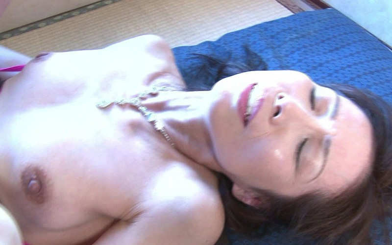 巨乳の奥様、松下美香出演のオナニー無料熟女動画像。人妻おまんこ 指オナニーだけじゃ満足できない人妻 松下美香