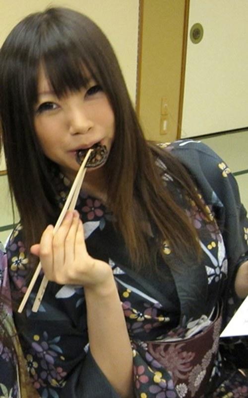 美乳の姉、小嶋ジュンナ出演のフェラ無料動画像。社員旅行で泥酔した社員を部屋に連れ込みヤっちゃいました!
