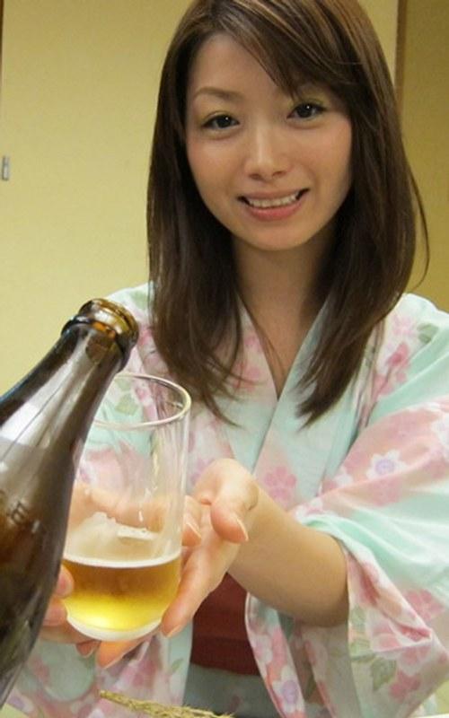 泥酔のお姉さん、加藤ツバキ(夏樹カオル)出演のフェラ無料動画像。社員旅行で泥酔した社員を部屋に連れ込みヤっちゃいました!