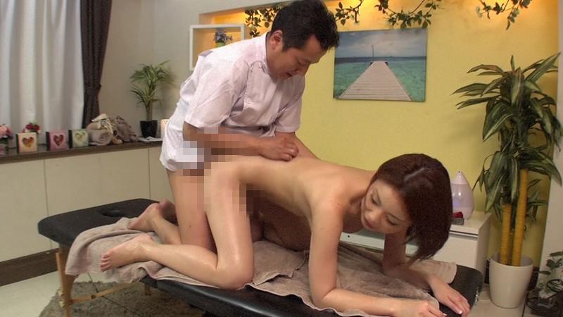 逃げる間もなく感じまくる人妻にザーメンオイル膣内強制注入する悪趣味変態マッサージ店 かすみりさ