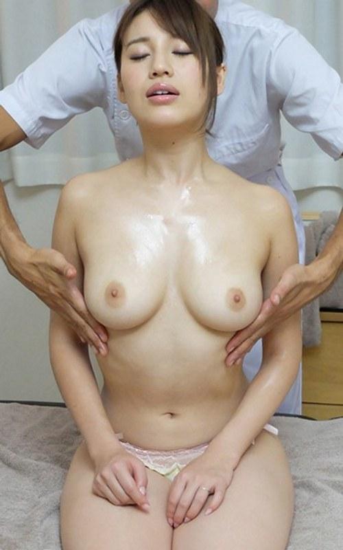 巨乳のお姉さん、本田莉子出演の生挿入無料熟女動画像。マッサージ師の生ハメ荒療治!
