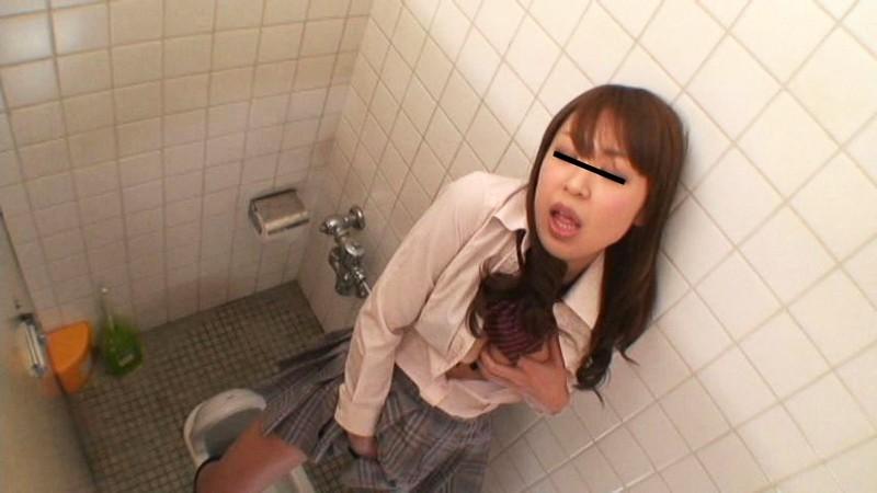 女子校のトイレで立ったままオナニーしてスゴイ勢いでおしっこ漏らす女子校生達 の画像3
