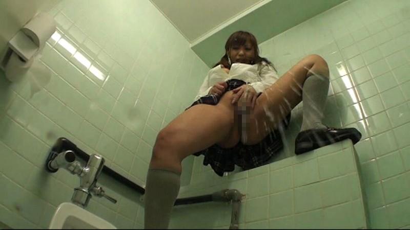 女子校のトイレで立ったままオナニーしてスゴイ勢いでおしっこ漏らす女子校生達 vol.5