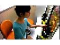 パチンコに熱中している女性の胸ポチ盗撮 サンプル画像3