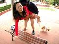 犬の散歩中の人妻にイタズラ 15