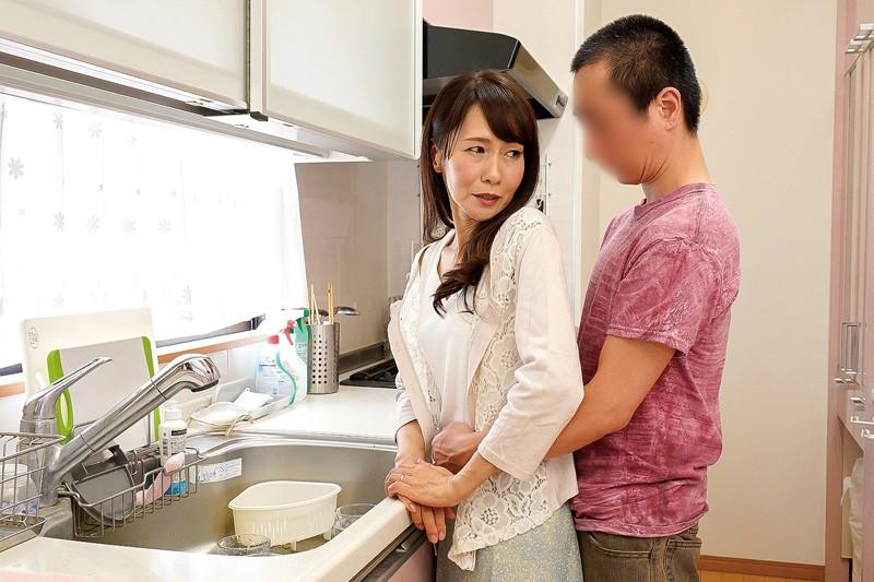 息子を誘惑する五十路母 麻生まり の画像5