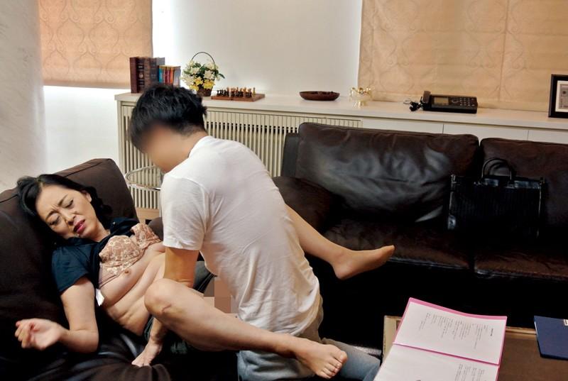 家庭訪問に来た熟女教師に性教育の相談をしていたら… の画像3