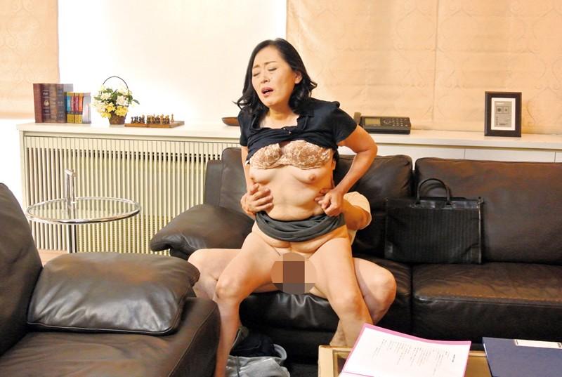 家庭訪問に来た熟女教師に性教育の相談をしていたら… の画像19