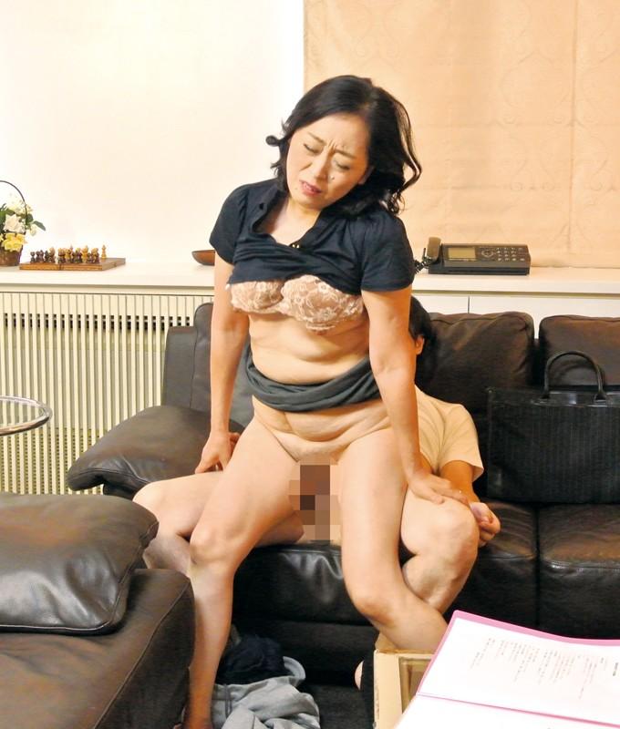 家庭訪問に来た熟女教師に性教育の相談をしていたら… の画像2