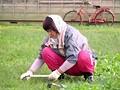 巨乳の人妻、篠原奈緒子出演のナンパ無料動画。農家の母っちゃが若い男のもぎたてチ○ポを丸かじりハメまくり!