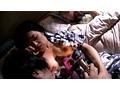 父親の寝ている横で息子に夜這いされた義母 サンプル画像1