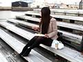 昼休み中にベンチでお弁当を食べている派遣女性社員は、高額アルバイトの仕事の話にすぐ乗ってしまい… 5