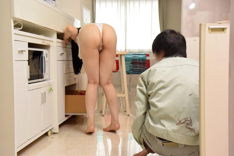 夫の前で隙だらけな姿をさらす妻はオマ○コも恥知らず!? 自分の裸で勃起した旦那の友人棒をスキだらけな膣内にナマ挿入&ザーメン垂れ流し放題!