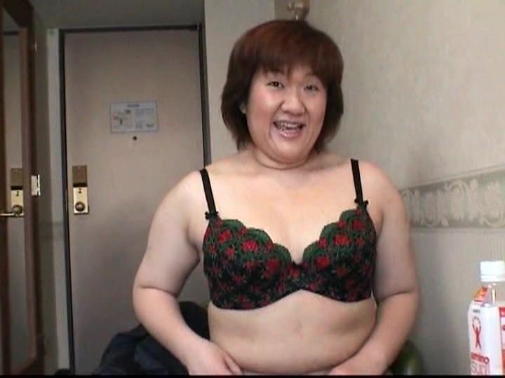 【ハメ撮り】年下チンポが大好きです!不倫男の部屋でアナルSEXされる変態人妻!