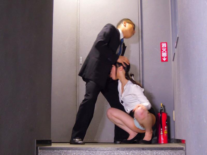 社内で美人OLのお尻をジロジロ見てはチ●ポをいじるダメ社員の僕