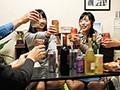 [HUNTA-275] 「エッチしてもいいよ」チャンス到来!でもコンドームが無い!「じゃダメ」ならばせめて素股だけでも…「だったらいいよ」のはずが!バイト先で仲間が数人集まって家飲み!しかし女子は全員彼氏持ち。それでも楽しくお酒を飲んで、酔っ払いその場で寝ていくバイト仲間たち…