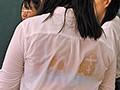 教室内のブラ透け度200%で目のやり場に困る!登校中のゲリラ豪雨でズブ濡れになった女子たちはみんなブラ透け透け状態!その中に男はボク1人… 画像2
