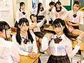 教室内のブラ透け度200%で目のやり場に困る!登校中のゲリラ豪雨でズブ濡れになった女子たちはみんなブラ透け透け状態!その中に男はボク1人!2 画像1