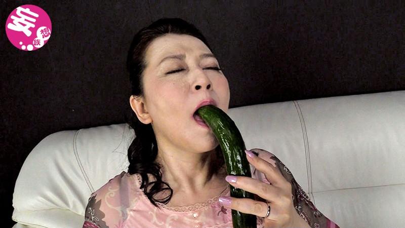 熟女野菜指マン汁垂れ流しオナニー