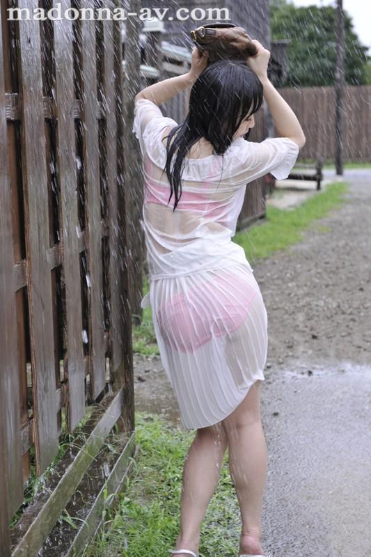 晴れ時々、雨 ~濡れ透ける人妻の下着と柔肌~ 羽月希 の画像1